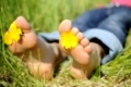 junge frau liegt barfuss auf einer wiese young woman is barefoot in a meadow